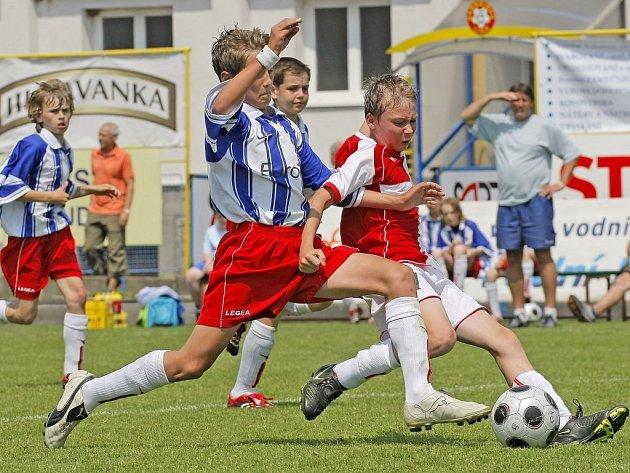Jihlavští žáci ZŠ E. Rošického (v pruhovaném) dokázali v utkání s Pražany smazat dvoubrankové manko a pod vedením kouče Karla Fencla (vpozadí) nakonec skončili třetí.