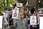 Proti ohlášenému shromáždění u kašny Neptuna se postavila přibližně stovka příznivců hnutí Antifa. Ti se shromáždili u Morového sloupu.