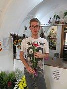 Práce s květinami. Tomáš Kucej si vyzkoušel práci květináře. Není to podle něj nic jednoduchého.