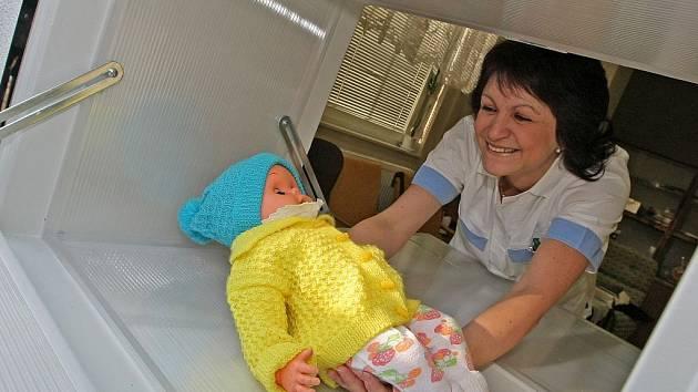 Sestřičky z dětského oddělení pelhřimovské nemocnice otevíraly nový babybox hned první den. Tentokrát nanečisto. Ve schránce ležela panenka od novinářů.