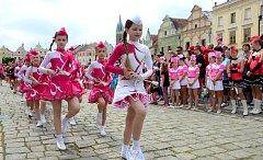 Soutěžení i vytváření rekordu.  Nejen, že si mažoretky z celé republiky zatančily na telčském náměstí Zachariáše z Hradce svoje soutěžní sestavy (vlevo), ale také se všechny oblečené do růžových triček zúčastnily rekordu.