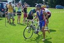 Radek Mahagoni z Čerčan právě dokončuje prostřední disciplínu, ve které rozhodl o svém triumfu na melechovském triatlonu. Na kole byl bezkonkurenčně nejlepší.