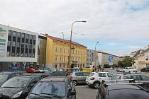 Prostor před Dělnickým domem dnes slouží především jako parkoviště.