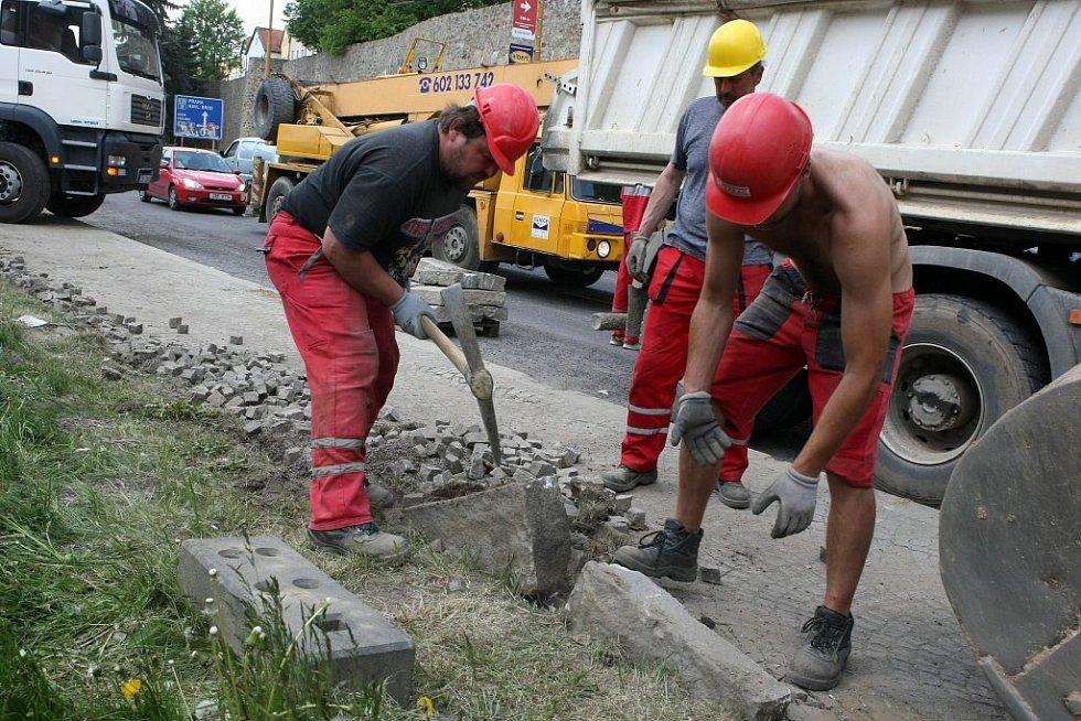 Stavební úpravy chodníku podél rostoucího nákupního centra City Park komplikují dopravu ve frekventované Brněnské ulici.
