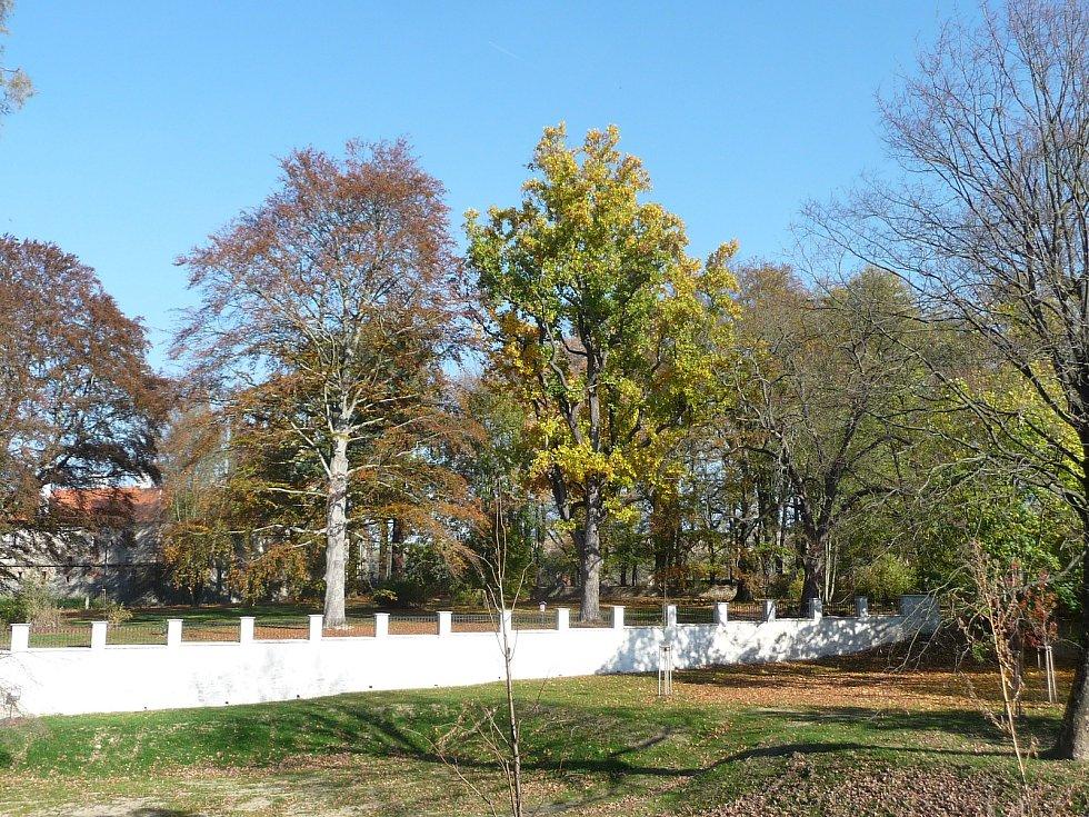 Obnovená ohradní zeď v parku.
