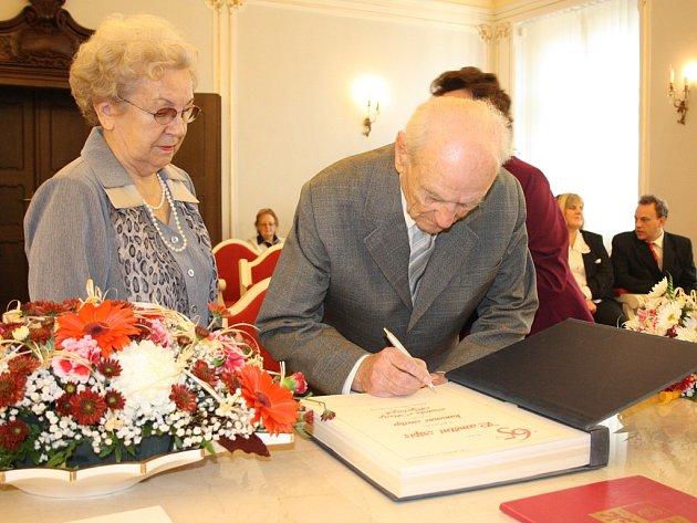 Vlasta a Ludvík Hyclovi se při obnovení svatebního slibu po pětašedesáti letech podepsali do pamětní knihy.