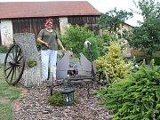 Martina Zajícová z Panenské Rozsíčky vyzdobila dvůr starožitnými věcmi ze stodol. Najdou se tu zajímavé unikáty.