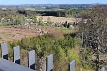 Z vyhlídky zříceniny Orlík u Humpolce je vidět, jak se kůrovec podepsal na okolních lesích. Smutný pohled z krásné věže.