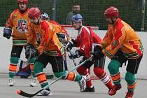 Jihlavští hokejbalisté (v oranžovém) zakončili jinak povedenou sezonu neúspěchem. V baráži o extraligu skončili za Opavou a Kert Parkem na třetím, nepostupovém místě.