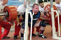 Tomáš Šárik v dřepu právě zvedá nový český rekord – 380 kg.