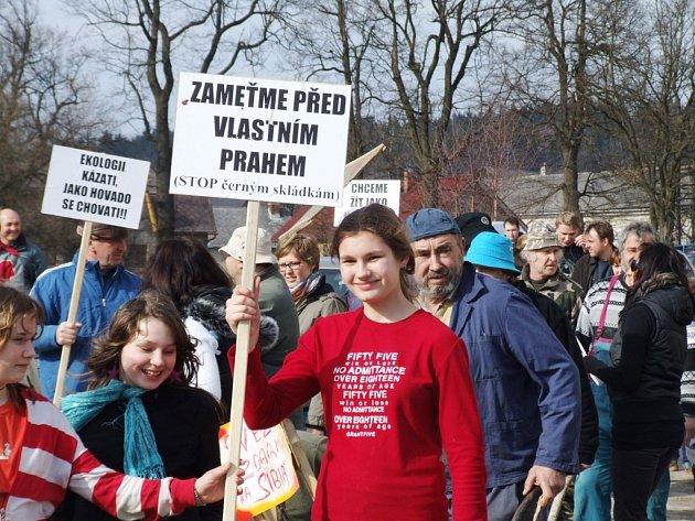 Protestující lidé prošli od obecního úřadu před dům, ve kterém bydlí Palánovi.