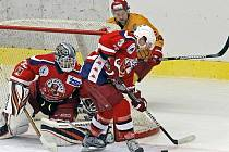 Jihlavští hokejisté (ve žlutém kapitán Dukly Oldřich Bakus) by rádi v dnešním zápase oplatili havlíčkobrodským Rebelům listopadovou porážku z prvního vzájemného zápasu, který prohráli v Kotlině 1:3.