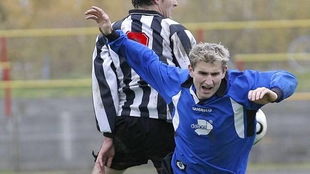 Fotbalisté Ždírce (v modrém Miroslav Kysilko) se stanou na jaře pronásledovanou kořistí. Na jejich první postupové místo si brousí zuby minimálně čtyři týmy. Obstojí svěřenci trenéra Richarda Zemana?