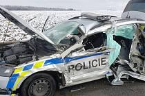 Řidič nákladního vozidla dostal na silnici I/23 smyk a narazil do stojícího služebního vozidla Policie ČR.R