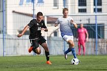 Fotbalisté Slavoje Polná (v modrobílém Jan Bajer) se musí udržovat v kondici doma. Trenér Lovětínský spoléhá na to, že jsou zodpovědní.