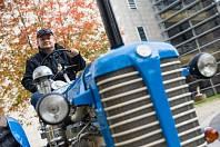 Pan Havelka přebral z rukou hejtmana Jiřího Běhounka cenu za nejkrásnější traktor.
