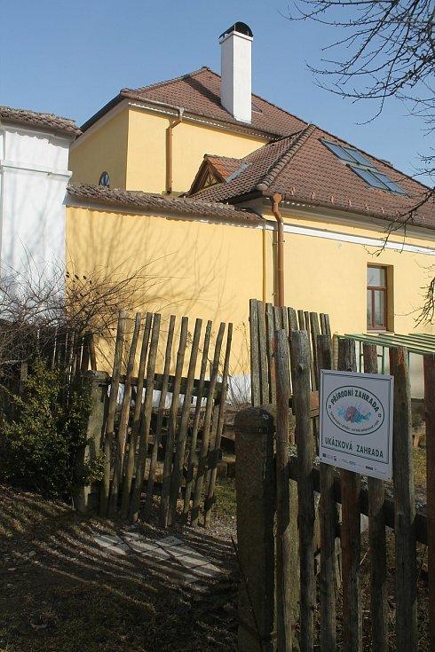 Ekocentrum Chaloupky má sídlo těsně za Kněžicemi.
