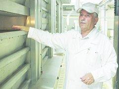 řes den se v jihlavské pekárně Lapek peče jemné pečivo, jako třeba různé záviny, pečení chleba se odehrává stále v noci. Výrobní ředitel akciové společnosti Lapek Jihlava Josef Rutsch vysvětluje, jak funguje moderní etážová pec.