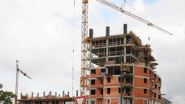 Jeden z dalších bytových komplexů roste v Jihlavě přímo u nové nemocnice. V areálu na snímku mají vyrůst nadstandardní byty. Podle realitních kanceláří obstarávajících jejich prodej je i o dražší bydlení velký zájem.