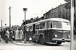 Trolejbusová zastávka uprostřed náměstí Míru (dnešní Masarykovo nám.) kolem roku 1965.