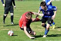 Fotbalisté Třeště (v modrém) měli v Kostelci štěstí. V závěrečných minutách přežili penaltu domácích, a nakonec si odvezli tři body za výhru 3:2.