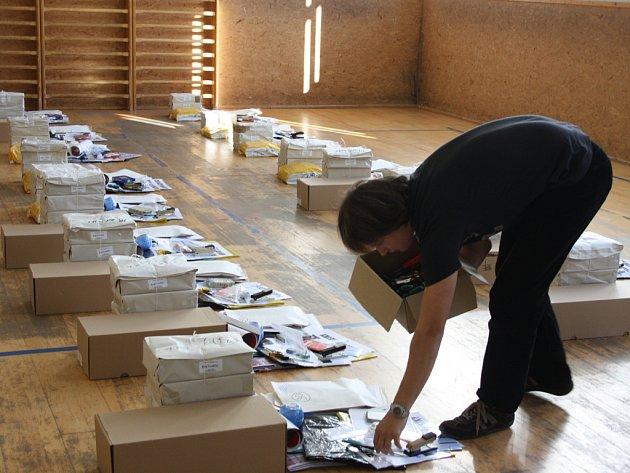 Přípravy na volby do krajského zastupitelstva byla ve čtvrtek dopoledne v tělocvičně jihlavského magistrátu v plném proudu.