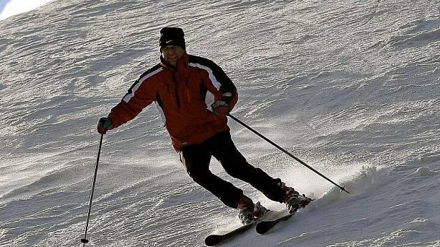 Některé lyžařské areály otevřely již v minulém týdnu, jiné zahájí provoz dnes a v průběhu víkendu. Podmínky pro lyžování či snowboarding by měly být dobré, meteorologové předpovídají sněžení a mráz. Ilustrační foto.