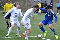 Nedaří se. Jihlavští fotbalisté (v modrém) prohráli v Pardubicích 1:3, a protože Opava s Mladou Boleslaví vyhrály, začíná se situace se záchranou soutěže komplikovat.