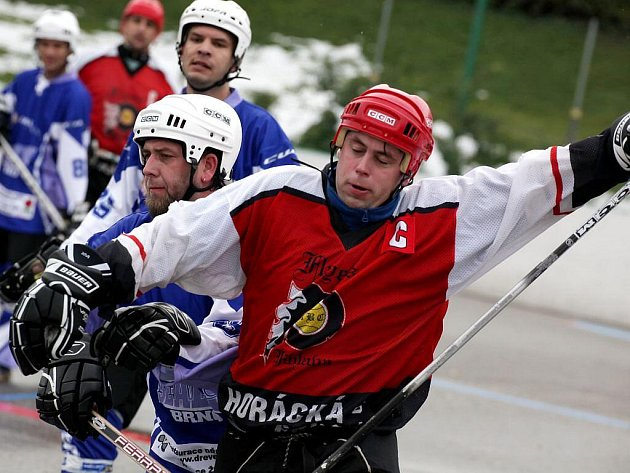 Hokejbalisté Flyers (v červeném Vladimír Bednář) derby proti SK Jihlava B zvládli a v tabulce jsou třetí.