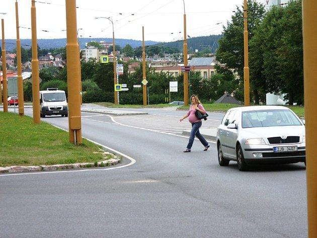 Někteří obyvatelé jihlavského sídliště Březinova riskují a Okružní ulici přecházejí mimo vyznačené přechody pro chodce.
