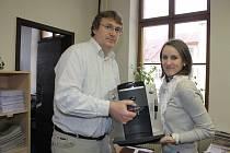 Kávovar předal úspěšné kuchařce Aleně Davidové regionální šéfredaktor Marcel Moržol.