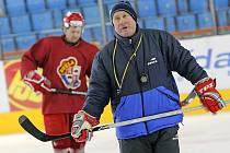 Josef Augusta (vepředu) a Oldřich Bakus se střetávali při vzájemné spolupráci v letech 2009 a 2010. Pro Augustu je loučící se hokejista výraznou osobností Dukly posledního období.