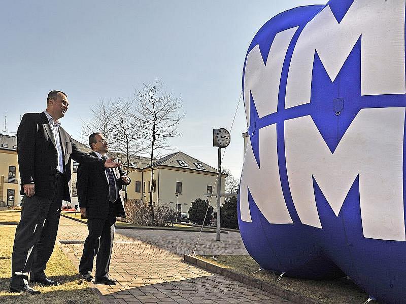 Předseda organizačního výboru Jiří Hamza (vlevo) představuje ministru školství Josefu Dobešovi logo mistrovství světa v biatlonu v Novém Městě na Moravě 2013. Ten se uskuteční 7. až 17. února.