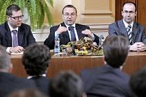 Ministr školství Josef Dobeš (na fotce vpravo sedí uprostřed) včera diskutoval se studenty jihlavských škol. Nejvíce se ho studenti ptali na odložené školné, kdo školné bude platit, kdy se začne platit a hlavně jak.