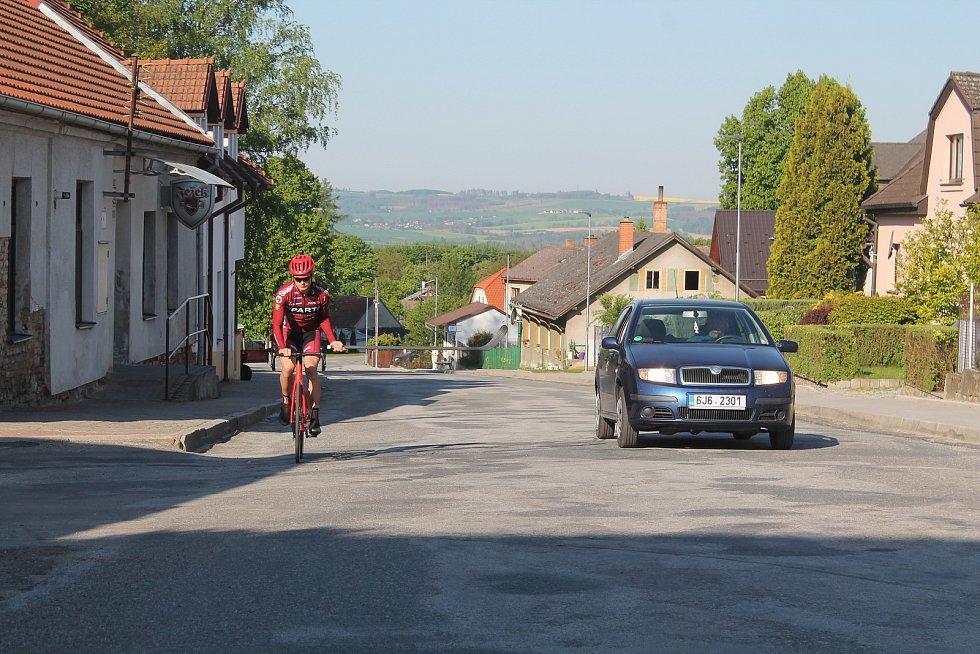 Když to podmínky dovolují, cyklisty potěší předjetí s odstupem větším než jen metr a půl.