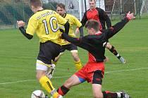 Fotbalisté Kostelce (v červeném) zvládli zápas na hřišti Kamenice nad Lipou na výbornou. Domů si odvezli výhru 2:1 a tři body!