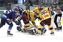 Jihlavští hokejisté (ve žlutém) mohou dnes večer ukončit sezonu Chance ligy.