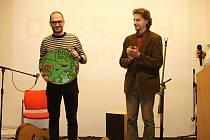 Oceněný Vít Wodák (vlevo) s ředitelem jihlavské Charity Michalem Novotným
