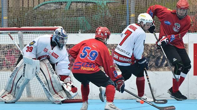 Hokejbalisté SK Jihlava (v červeném) překonali gólmana Jindřichova Hradce jen dvakrát, a to na body nestačilo.