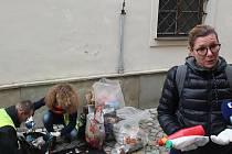 V rámci snahy o nalezení důkazů o zakladatelích černých skládek jihlavští odpadáři a úřednice radnice prohledávali pytle s odpady.