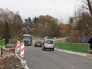 Řidiči přes most musí jezdit pomaleji.