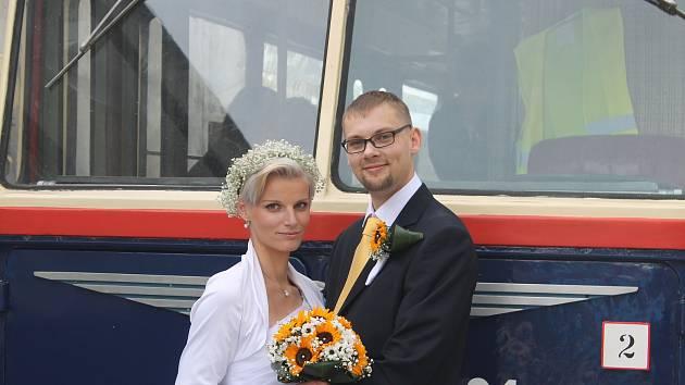 Novomanželé Pokorní před trolejbusem Škoda 7 Tr z roku 1954.