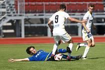 Jihlavští fotbalisté (v modrém) chtějí konečně uspět a doma s Vrchovinou získat první body.