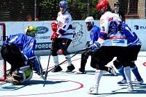 Hokejbalisté SK Jihlava B (v bílém) nedokázali v Hodoníně vyhrát, takže finálová série se znovu stěhuje do Jihlavy. Tam se v sobotu od 16 hodin bude bojovat o mistra moravské Ronhill ligy.