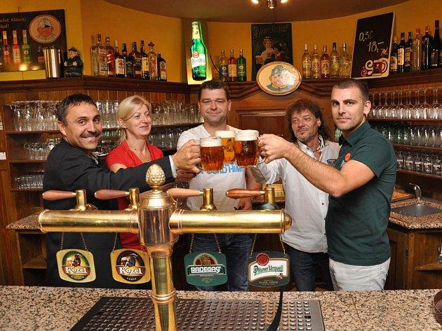 S dobrým vojákem Švejkem za zády se znovu točí pivo ve Švejk restaurantu v centru Jihlavy. Podnik byl po rekonstrukci otevřen minulý čtvrtek a v duchu svého názvu nabízí i svíčkovou paní Müllerové či guláš feldkuráta Katze.