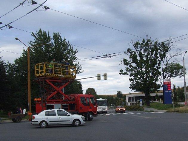 Závada na trolejovém vedení u Tesca způsobila více než hodinový výpadek tří linek trolejbusové dopravy v Jihlavě.