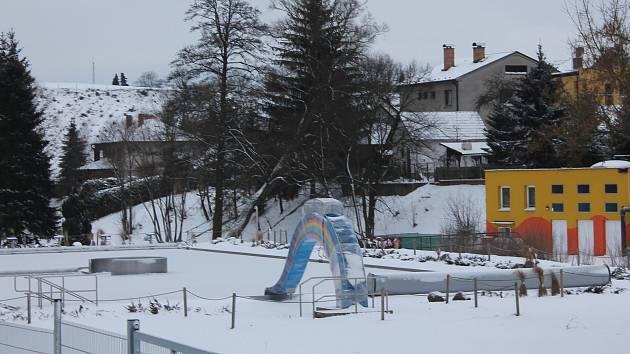 Koupaliště v  Lukách nad Jihlavou je aktuálně  mimo provoz, už na jaře by ale měla být instalována termoizolační folie.