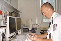 Na snímku operační důstojník  vyhodnocuje z monitoru údaje o provozu na dálnici a přípravy k oficiálnímu zahájení provozu oddělení vnímá jen  jako kulisu