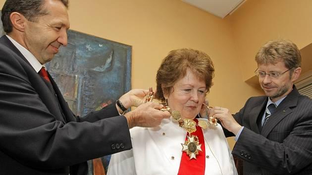 Řád svatého Ambrože, patrona cukrářů, převzala na Krajském úřadě cukrářka Marie Homolová z jihlavské cukrárny U Brány.
