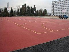Hřiště s umělým povrchem je určené pro basketbal, volejbal, florbal, házenou, tenis a nohejbal.